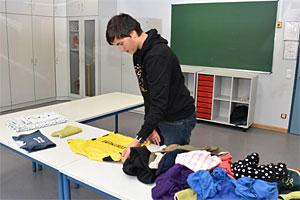 """Schüler an der """"Station Einzelhandel-Kleidung"""". Foto: Sarah Golcher / Kreis Minden-Lübbecke"""